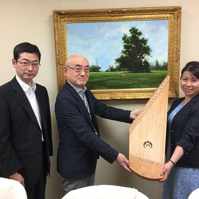 A Melodia Soitin kantele being presented to the Tokyo folk museum